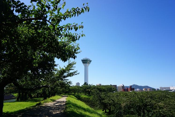 五稜郭タワーと函館山~特別史跡五稜郭公園からの景色