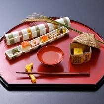 【先付・前菜】サーモン酢〆棒寿司 合鴨ロース煮 揚げ銀杏など