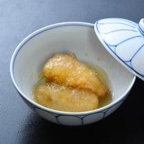 【焚合】海老芋と鰆の揚煮 蕪餅 みぞれ餡 柚子