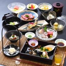 季節の旬と彩を盛り込んだ会席料理でお客様をおもてなしいたします。