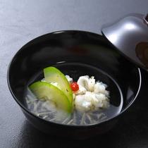 【椀物】湯引き鱧 蓴菜 白瓜 柚子