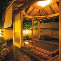 まるで庭園の中にある秘湯、自慢の檜風呂をお楽しみください。