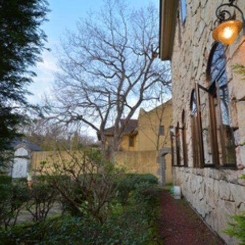 石の家外観冬