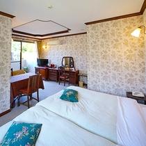 [本館2F / 3号室]内風呂と露天風呂付き、フロアカーペットの禁煙室です。ツインベッド2台