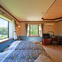 [本館2F / 1号室]シューズインのペット専用クッションフロア。ツインベッドが2台ございます。