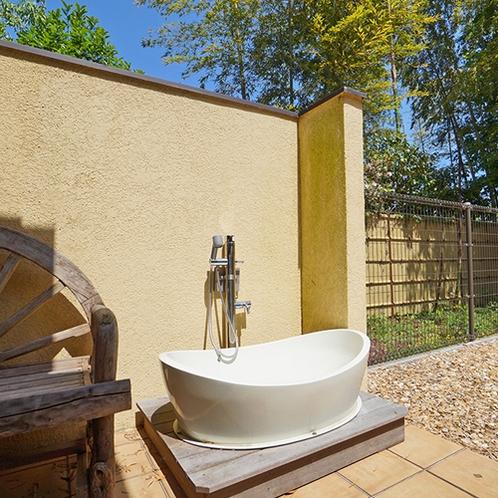 [別館1F / 7号室]ワンちゃん専用のお風呂もご用意しております。