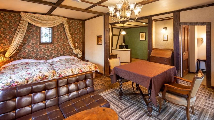 【別館1F:5号室】寝具はセミダブルベッド2台。駐車場がお部屋目の前にあり、ラク近便利◎