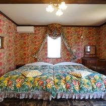[別館2F / 8号室]アンティークのふかふかベッドでお休みください。