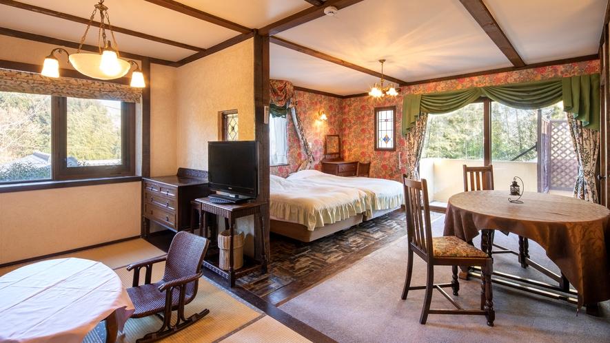 【別館2F:8号室】東~南の窓・バルコニーには気持ちのよい朝の日が差し込むアンティーク客室。