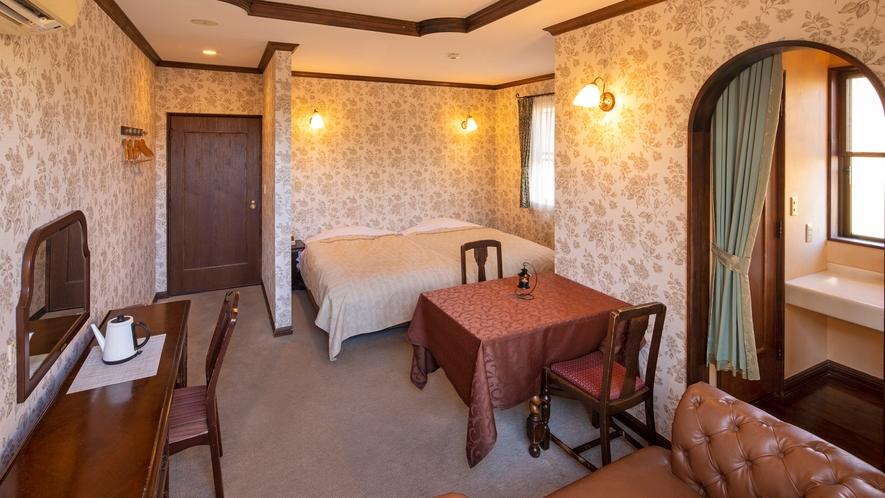 【本館2F:3号室】寝具はセミダブルベッド2台。内湯は檜の和風バスタブ。