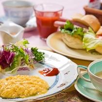 サンドウィッチ・フルーツ・スープ・サラダなどをバスケットに詰めてアツアツをお部屋へお届け。