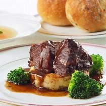 -牛ほほ肉赤ワイン煮-とろけるお肉と上品なソースが抜群の相性。コクと香り、五感で楽しめる贅沢な一品