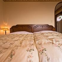 ◆301◆英国製アンティークのツインベッドにふかふかのお布団をご用意しております。