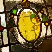 館内いたるところに散りばめられたステンドグラスはすべて長年に渡り英国で使われていた調度品です。