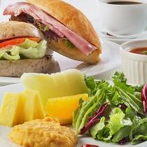 -モーニング-トロッと濃厚スクランブルエッグにふわふわ焼きたてパンを使ったホットサンドイッチ