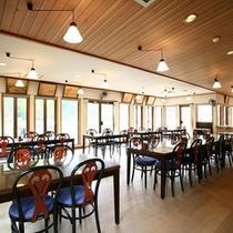 *レストラン/夕朝のお食事はこの明るい空間でお楽しみ下さい。