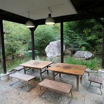*館内/自然豊かな敷地内にはバーベキュー場もあります。みんなでワイワイ自然体験♪