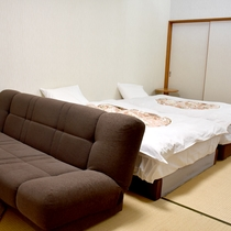 *一般客室/ベッド2台・ソファーベッド1台・マッサージチェア付きの客室です。
