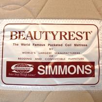 *「シモンズ」のロゴです。高品質のベッドで心地よい睡眠をご体感ださい。