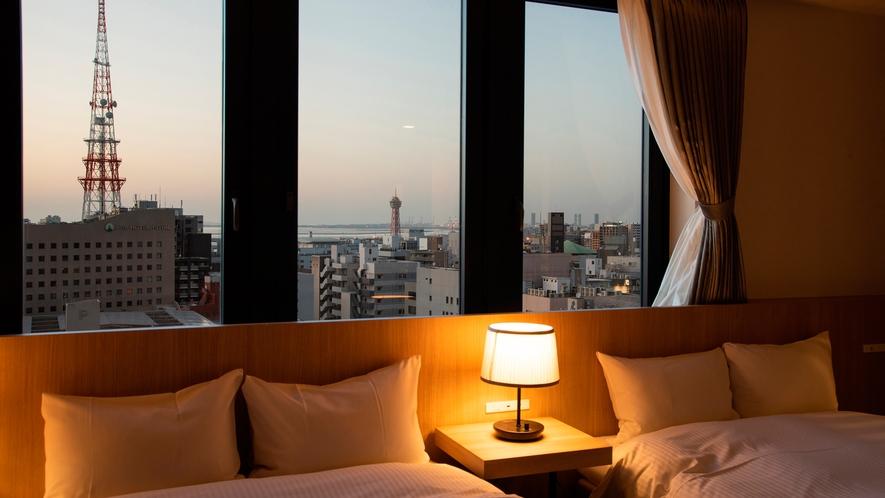 【最上階・リニューアル・スイートルームからの眺望・夜】夕暮れに染まった博多港を臨めます