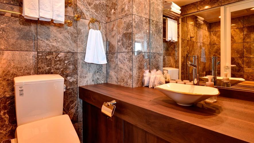 【最上階・リニューアル・スイートルーム】大理石の浴室・バス・トイレ別の贅沢なつくりでございます。