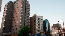 【外観・夕】地下鉄天神駅から徒歩3分・1Fに飲食店・地下にインターネットカフェ併設