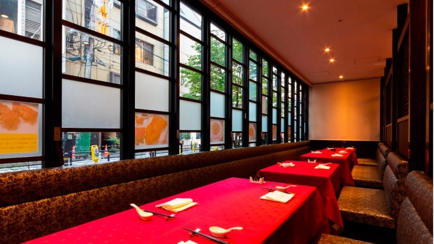 【レストラン・老上海】フロアー テーブルが大きく高級感のある明るい窓側席です。