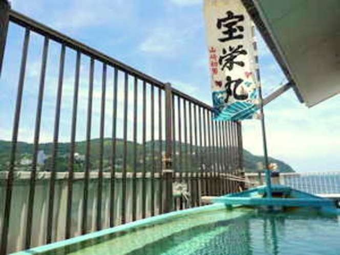 屋上には何と舟形の露天風呂!望む景色は伊豆稲取の海♪海風が気持ちいい!