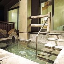 *【温泉/露天風呂】夜の露天風呂は雰囲気があり、とても人気です。