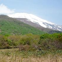 *【鳥海山】当館より望む鳥海山。7月でも薄っすら雪化粧♪