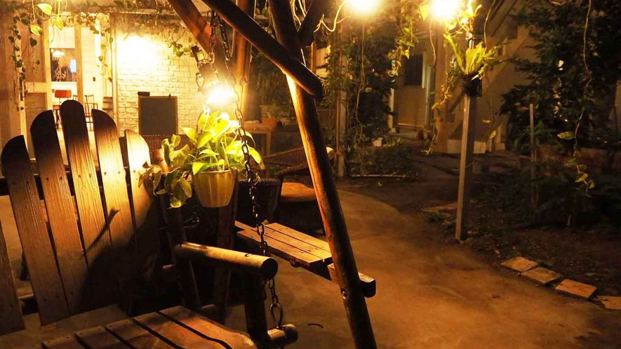 ・夜の中庭は暖か光に照らされる癒しの空間