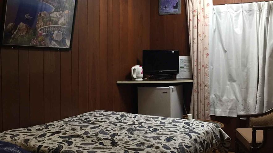 ・【エコノミールーム】小さめなお部屋ですが、ダブルベットをご用意