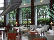 1階【カフェ エルム】緑が見える開放的な喫茶室です。