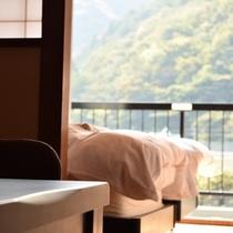 和洋室からの鬼怒川渓谷の山々