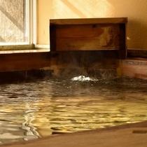 女性大浴場の檜風呂