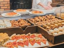 【朝食:1階ボンサルーテKABUKI】ピザ釜で焼くトマトピッツァ。焼きたてをどうぞ