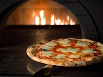 【1階ボンサルーテKABUKI】ピザ窯で焼き上げるもっちりピザ