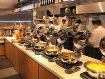 【朝食:1階ボンサルーテKABUKI】シェフたちが料理する姿が見られるオープンキッチン!