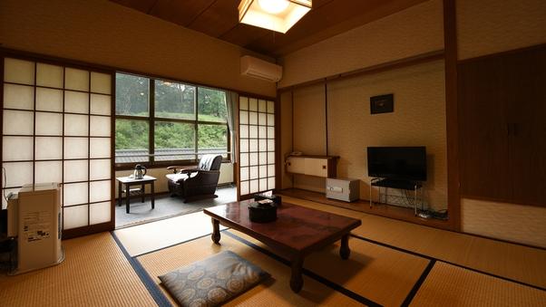 <本館和室>小川が見える昔ながらの懐かしいお部屋(6〜8畳)
