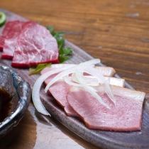 *【夕食一例】鴨刺と馬刺。わさび醤油でお召し上がり下さい