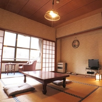 *【本館客室】昔ながらの懐かしいお部屋。窓からは中庭と小川が眺められます