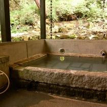 家族湯(半露天・切石湯)は空室札がかかっている場合はご自由にお入りいただけます。