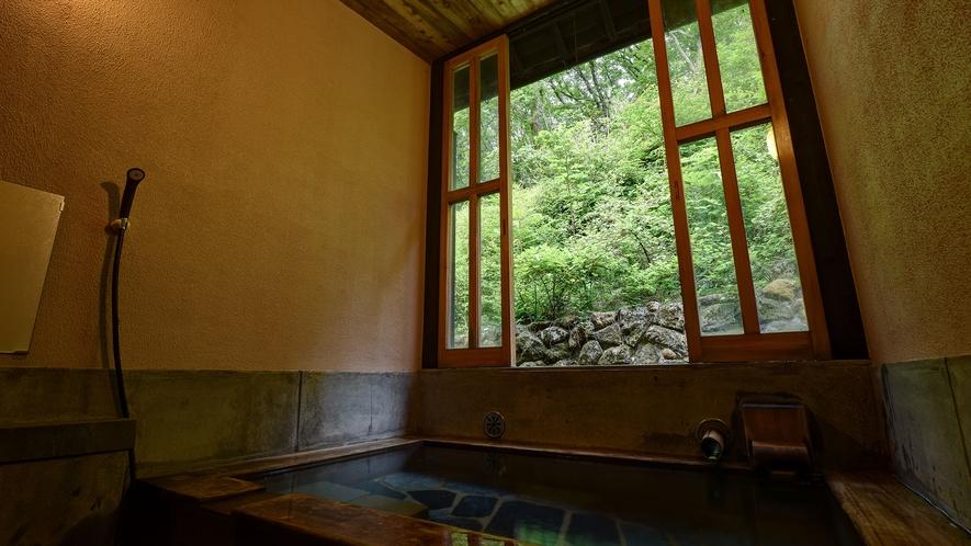 *【家族風呂】窓の外を眺めながら源泉かけ流しのお湯を堪能。