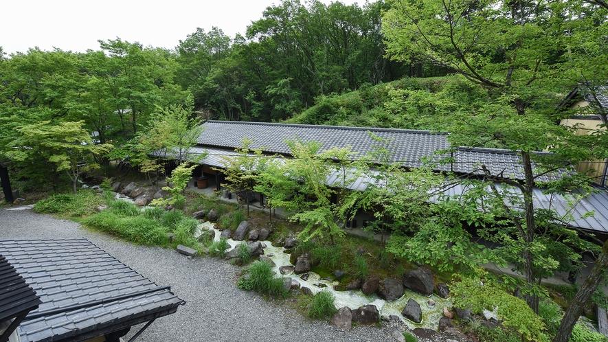*【本館和室10畳】窓の外は、中庭と小川の景色が広がります。