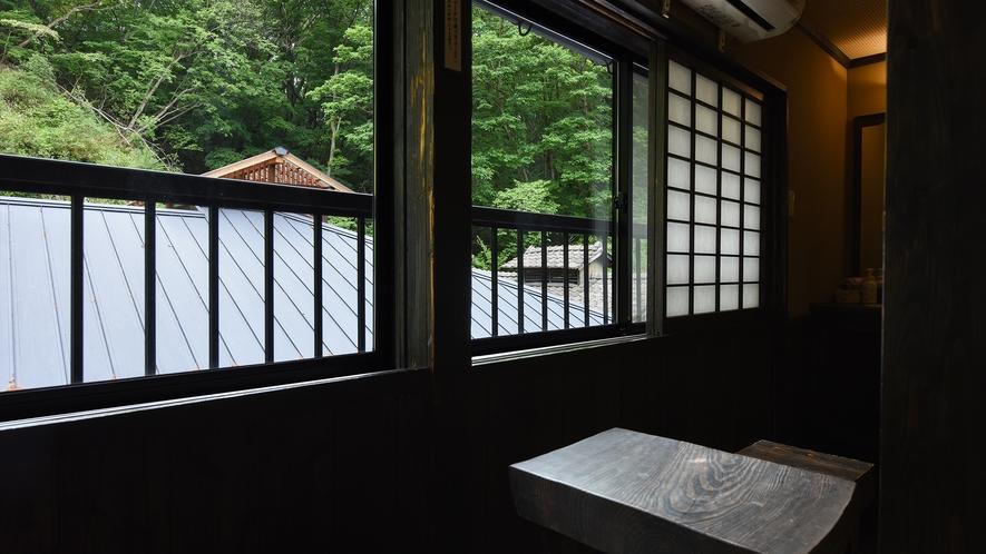 *【新館和室10畳】窓辺で自然の光と風を感じ、ゆったりくつろぎのひと時。