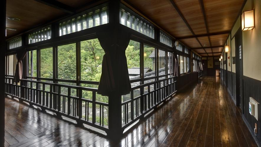 *【館内】木造の趣ある廊下
