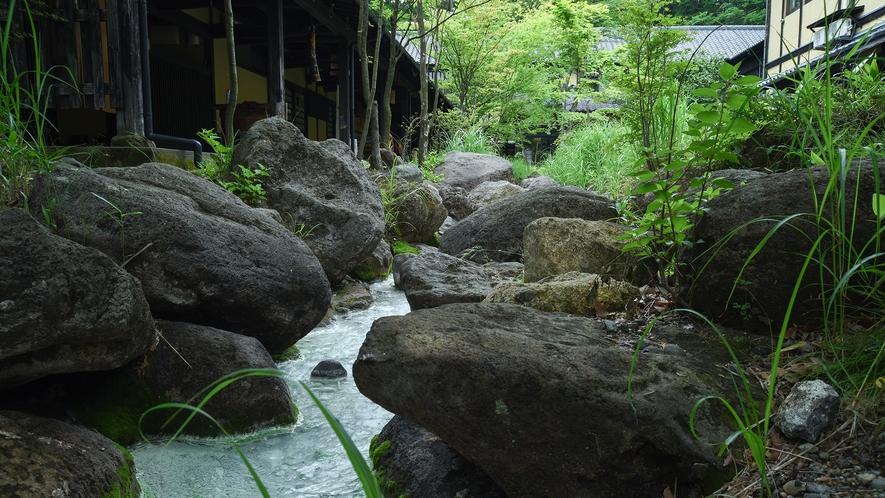 *【外観】敷地内を流れる小川は温泉成分が溶け込み、まるで白い絵具で彩色されたよう。