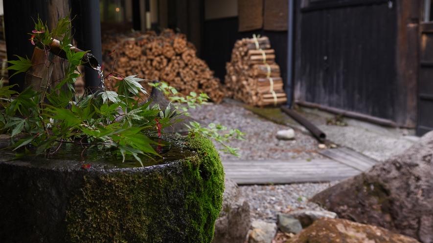 *【館外廊下】当館では環境に配慮し、 薪ボイラーによる温泉加温を行っております。