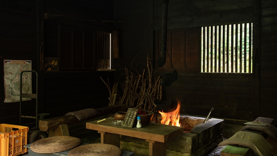 *【囲炉裏】囲炉裏を囲んで団欒。旅の思い出話に花が咲きます。