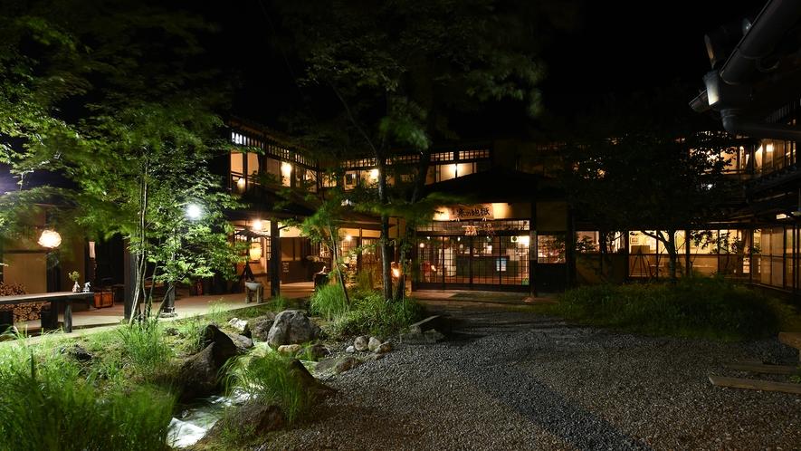 *【外観】昭和の風情を残した温泉旅館。夜も明るい玄関でお迎えいたします。
